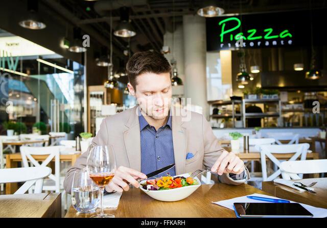 Mitte erwachsenen Mannes, Mittagessen im restaurant Stockbild
