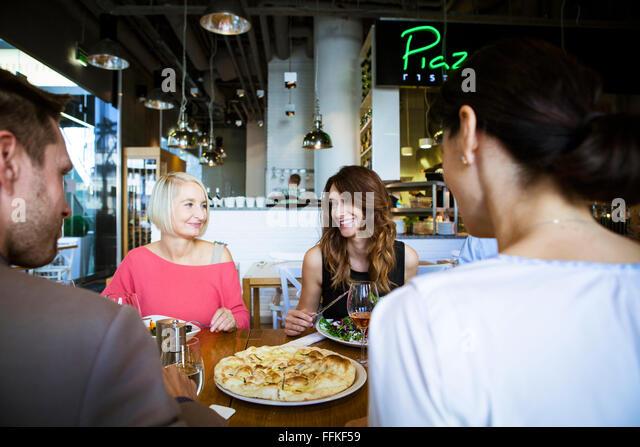 Gruppe von Freunden feiern im restaurant Stockbild