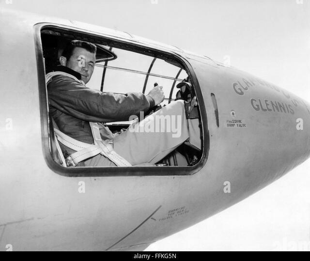 """Chuck Yeager. US Air Force Testpilot Chuck Yeager im Cockpit die Bell x-1 """"Glamouröse Werner"""", in Stockbild"""