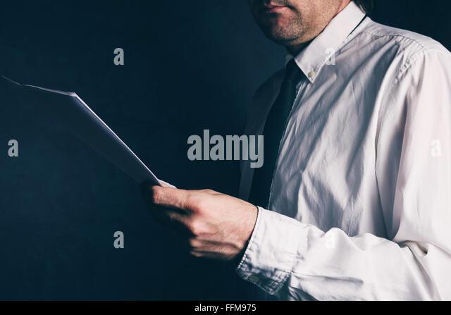 Inspektor tun, Rechnungsprüfung, Geschäftsmann, Geschäftsbericht, Retro-getönten lesen, selektiven Stockbild