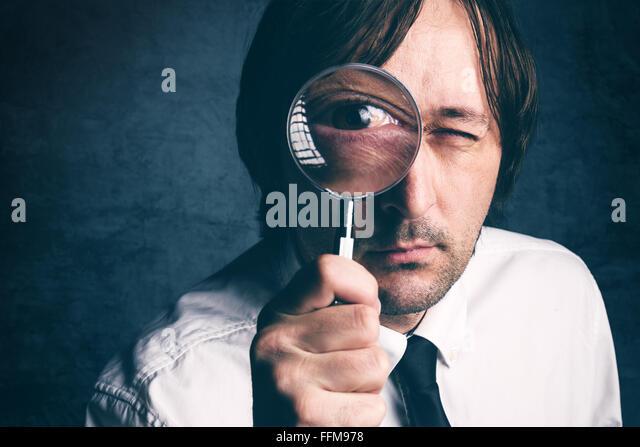 Geschäftsmann mit Lupe, Steuerinspektor tun, Rechnungsprüfung, Retro getönt, selektiven Fokus Stockbild