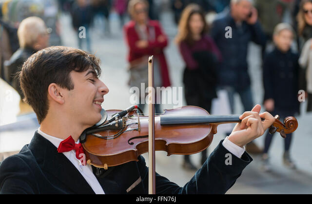 Straßenmusiker Darsteller spielen auf der belebten Via Toledo in Neapel, Italien, Europa Stockbild