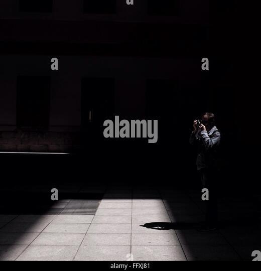 Person, die Kamera im Gebäude Stockbild