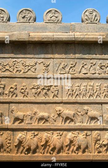 Außenwand des Ramachandra Tempel verziert mit Schnitzereien in Hampi, Karnataka, Indien Stockbild