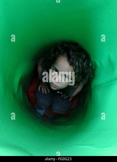 High Angle Porträt eines Mädchens im Tunnel Stockbild