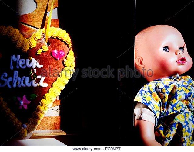 Nahaufnahme einer Puppe auf schwarzem Hintergrund Stockbild