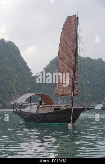 Ein einzelnes segelte Junk-vor Anker in einem Fischerdorf in Halong-Bucht, Nord-Vietnam Stockbild