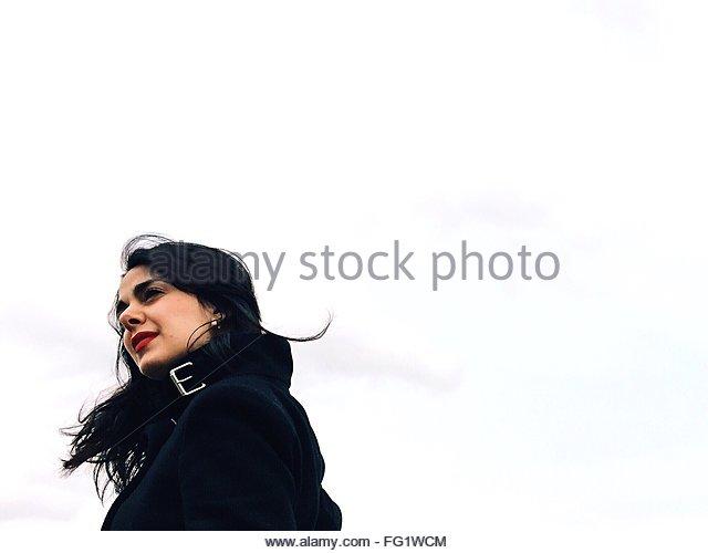 Niedrigen Winkel Ansicht der Frau gegen den klaren Himmel Stockbild