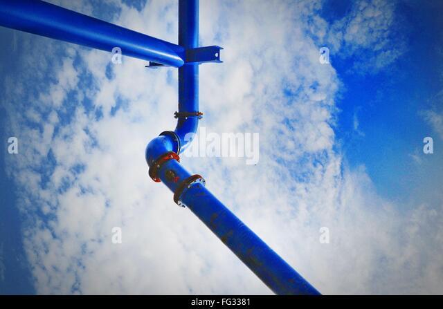 Niedrigen Winkel Ansicht des blauen Rohr gegen Himmel - Stock-Bilder