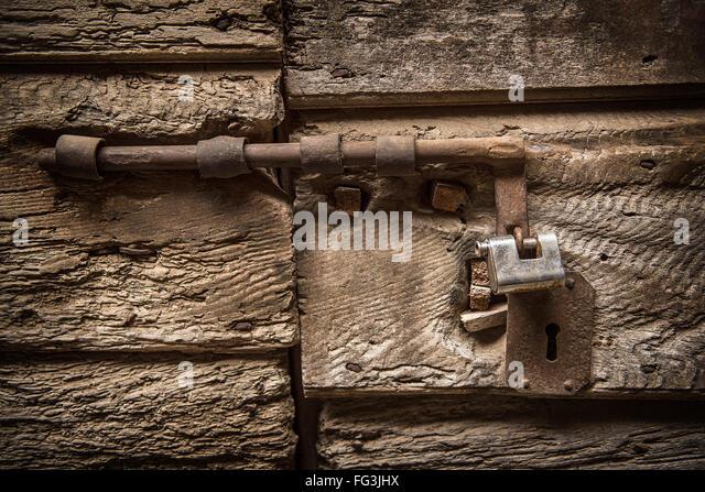Alte Schleuse an einer Tür Stockbild