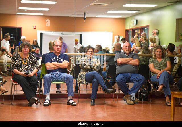 Unglückliche Bürger in einer öffentlichen Sitzung der Nachbarschaft in Boise, Idaho, USA. Stockbild