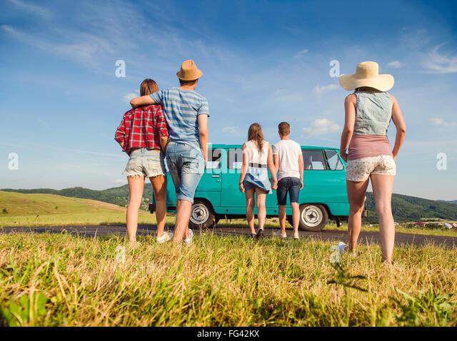 Paare in der Liebe, Natur, blauer Himmel, Wohnmobil, Ansicht von hinten Stockbild