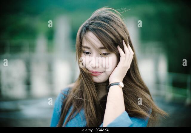 Junge Frau beim blickte lächelnd in Nahaufnahme Stockbild