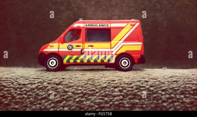 Krankenwagen Spielzeug auf Treppe Stockbild