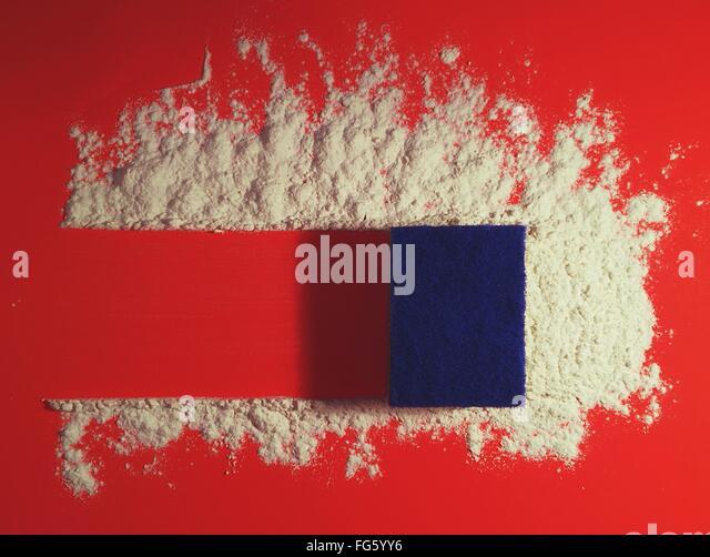 High Angle View Of Schwamm reinigen Pulver am roten Tisch Stockbild