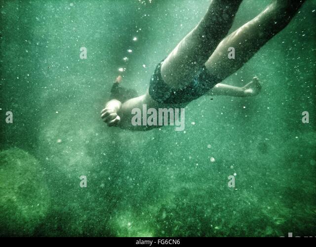 Niedrigen Winkel Ansicht des Mannes Undersea schwimmen Stockbild