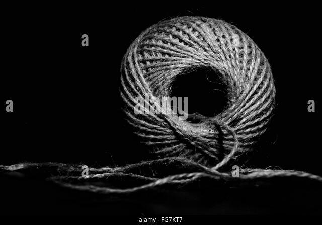 Gebunden Paketschnur Bundle auf schwarzem Hintergrund Stockbild