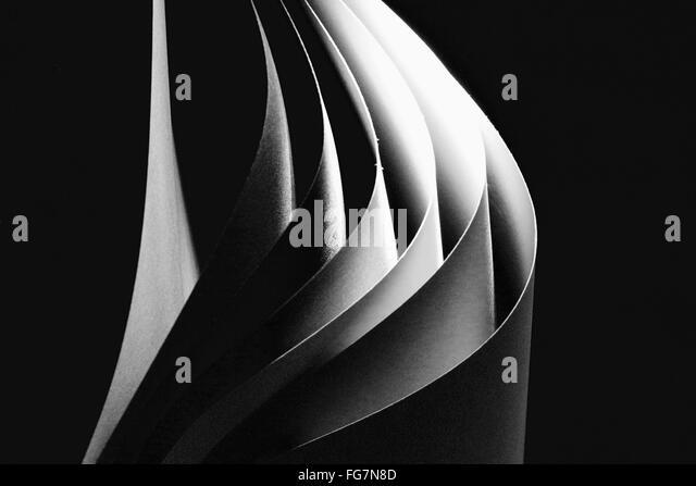 Nahaufnahme von Papieren auf schwarzem Hintergrund Stockbild