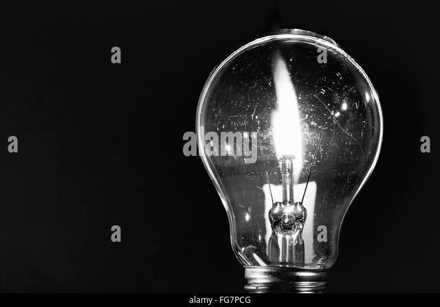 Nahaufnahme des beleuchteten Glühbirne auf schwarzem Hintergrund Stockbild