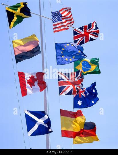 Europa und der Welt-Flaggen am Fahnenmast, Southampton, Hampshire, England, Vereinigtes Königreich Stockbild
