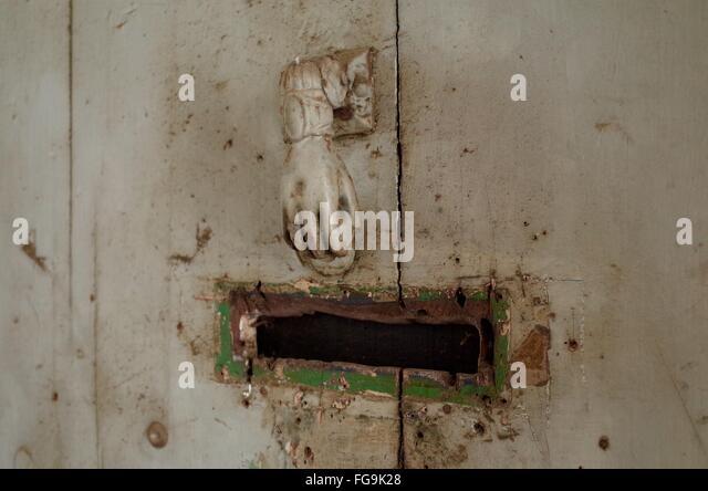 Altmodischen Türknopf und Mailslot an Tür Stockbild