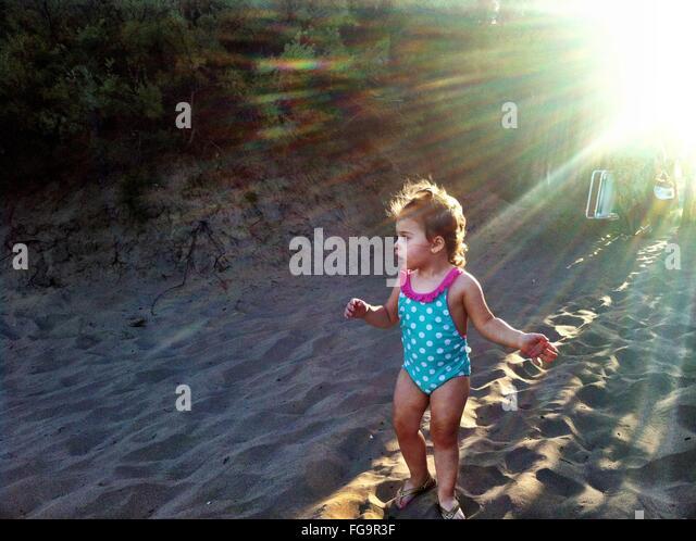 Mädchen am Strand genießen Stockbild