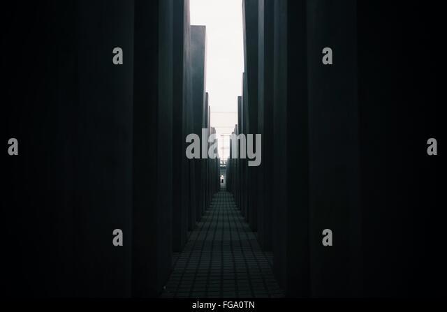 Gehweg inmitten von Gebäuden Stockbild