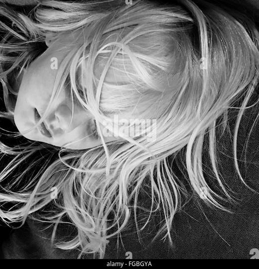 High Angle View Of Mädchen mit strubbeligem Haar auf Bett schlafen Stockbild