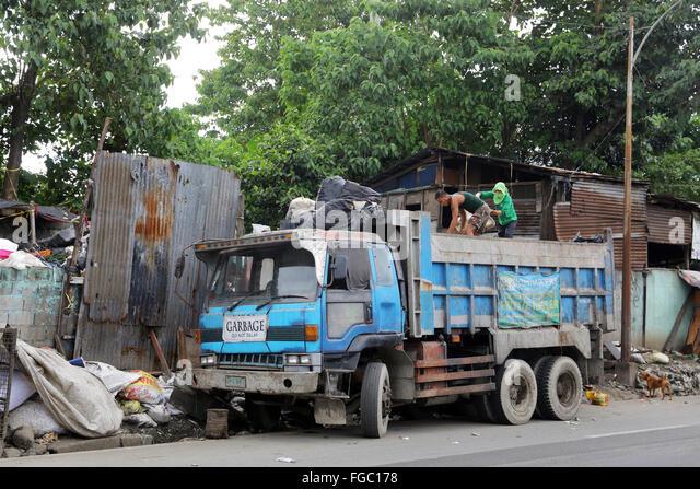 Abfall trennen und Weiterverkauf in einem Junk-e-Shop in der Nähe von Quezon City integrierte Entsorgungsanlage Stockbild
