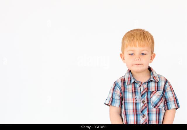 Porträt eines jungen stehen vor einem weißen Hintergrund Stockbild