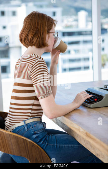 Hipster-Business-Frau trinken eine Tasse Kaffee Stockbild