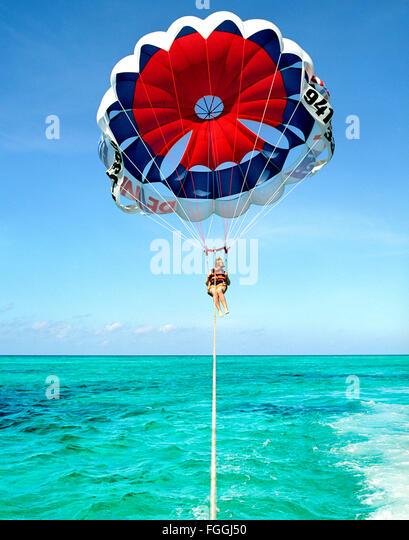 Ein ausländischer Tourist Parasails von Grace Bay Beach, Providenciales, Turks- und Caicosinseln, British West Stockbild