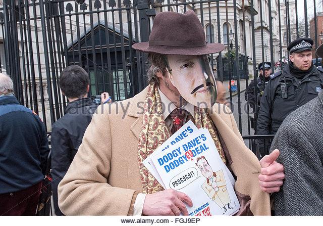 London 19. Februar maskiert Demonstrant vor Downing Street, London Credit: Ian Davidson/Alamy Live News Stockbild