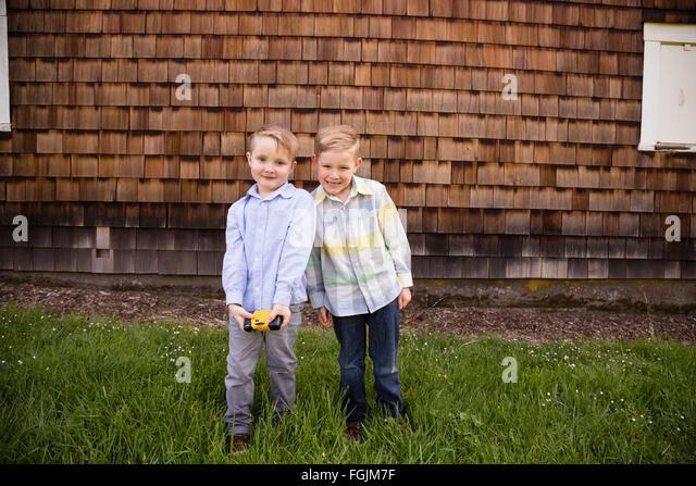 Zwei Brüder zusammen im Freien in ein Lifestyle-Porträt mit natürlichem Licht. Stockbild