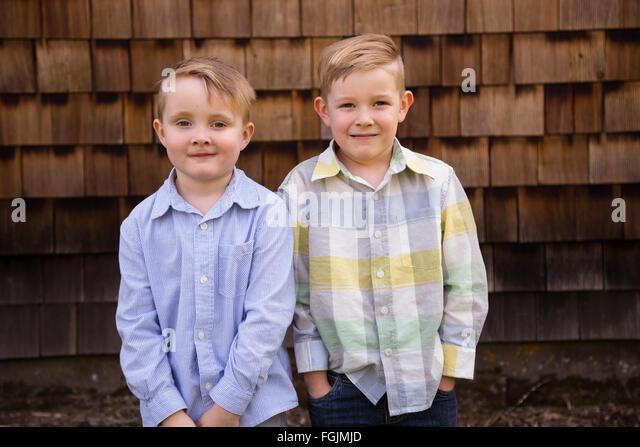 Zwei Brüder zusammen im Freien in ein Lifestyle-Porträt mit natürlichem Licht. - Stock-Bilder