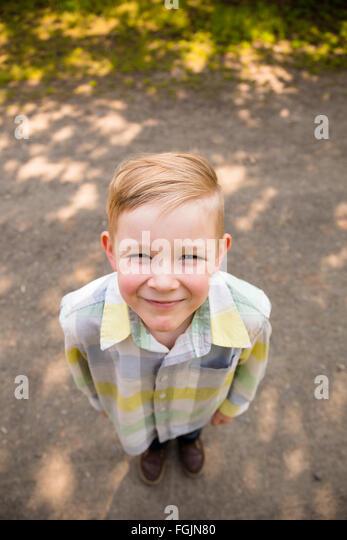 Junge im Freien in einem Lifestyle-Porträt mit natürlichem Licht. Stockbild