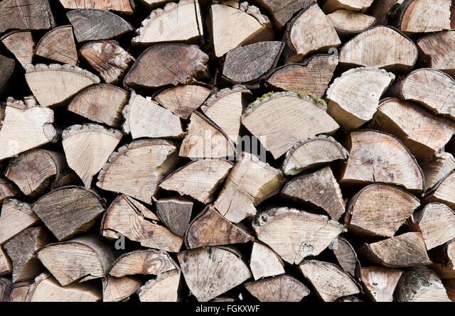 Auf Sicht von einem Haufen von grob gehackten Holzscheite zu beenden Stockbild