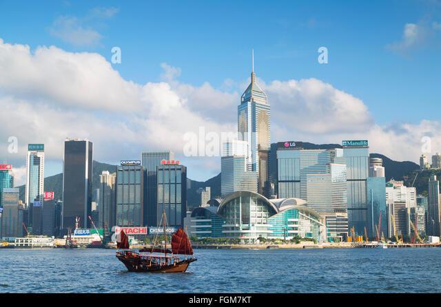 Dschunke, vorbei an der Skyline von Convention Centre und Hong Kong Island, Hongkong, China Stockbild