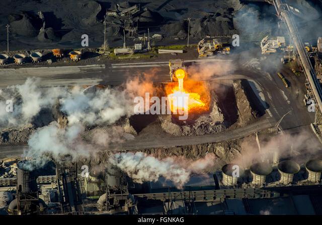 Glühender heißer Schlacke aus Eisenproduktion wird aus einem Gießwagen in eine Grube, Schlacke Auto Stockbild