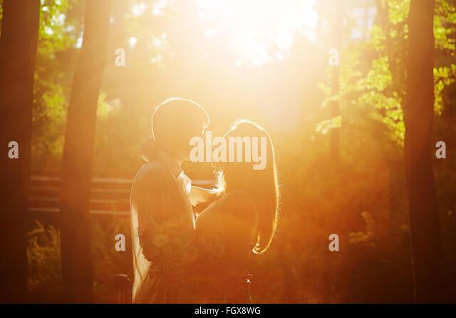 romantische Liebe Paar küssen im Park vor dem Sonnenuntergang Stockbild