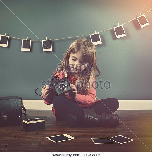 Ein Foto von Vintage Kind ein Bild mit einer alten Kamera und Aufhängen von Bildern im Hintergrund für Stockbild