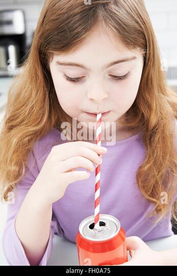 Junges Mädchen Getränkedose mit Strohhalm trinken Stockbild