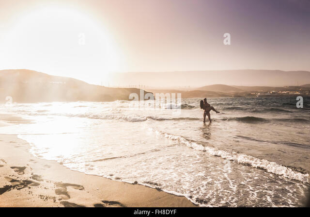 Spanien, Teneriffa, junges Paar in Liebe am Meer Stockbild