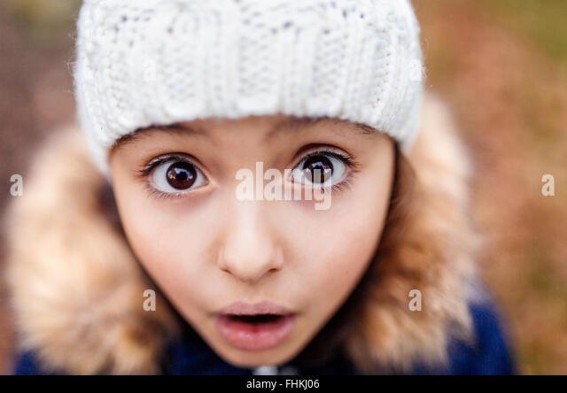 Porträt von kleinen Mädchen mit weit aufgerissenen Augen Stockbild
