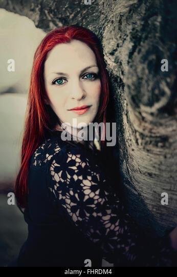 Porträt der rote Haare Frau vom Baum Stockbild