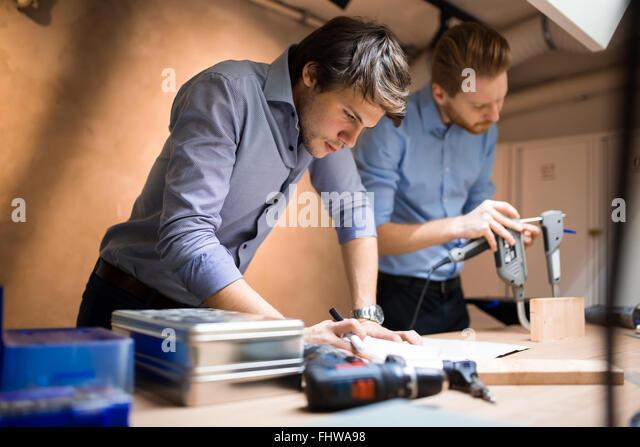 Industrielle Planung im Workshop von kreativen Menschen Stockbild
