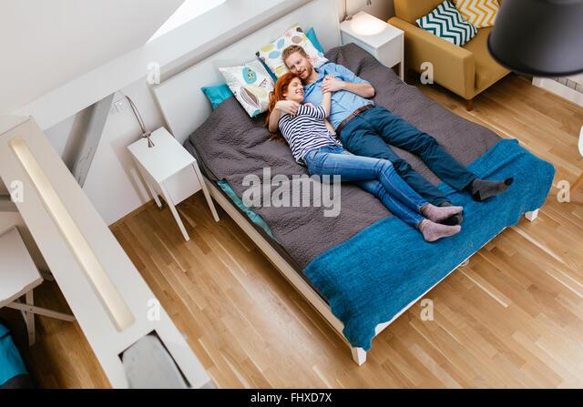 Schönes paar am Bett liegen und ruhen tagsüber Stockbild