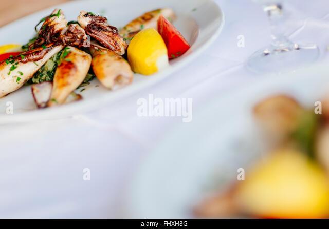 Gegrillter Tintenfisch auf Teller serviert Stockbild