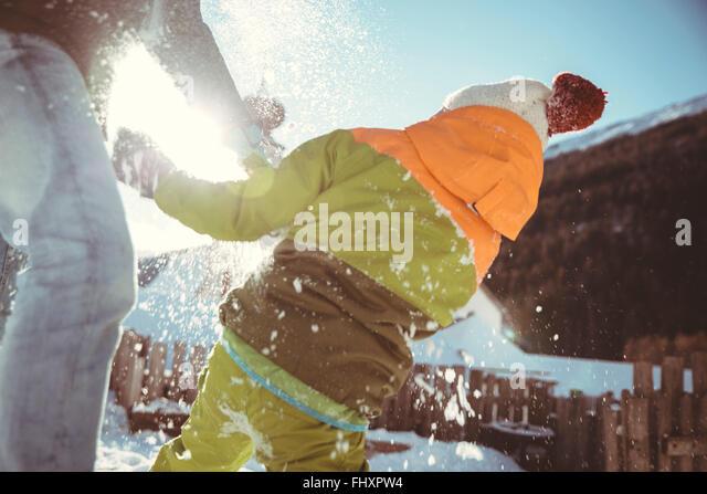 Italien, Val Venosta, Slingia, Vater und Sohn haben eine Schneeballschlacht Stockbild