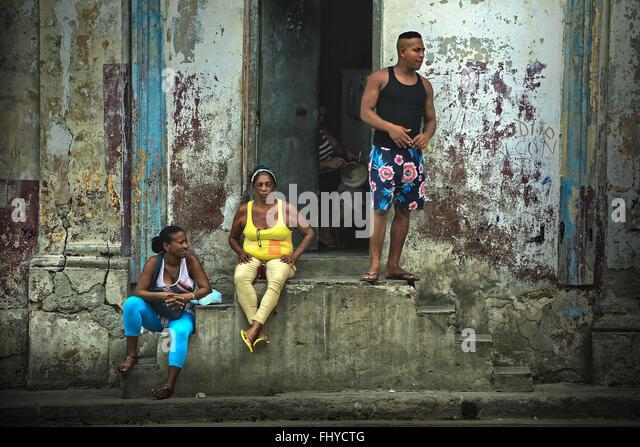 Kubaner erhole und sprechen auf der Straße in der Nähe der alten Havanna, Kuba Stockbild